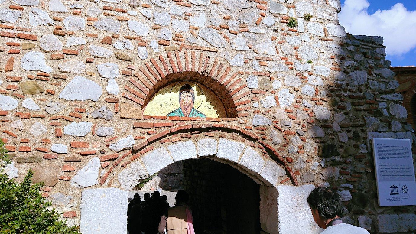 オシオス・ルカス修道院の入口に進みます5