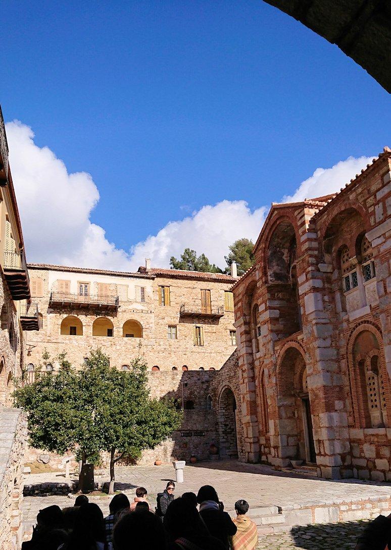 オシオス・ルカス修道院の入口に進みます7