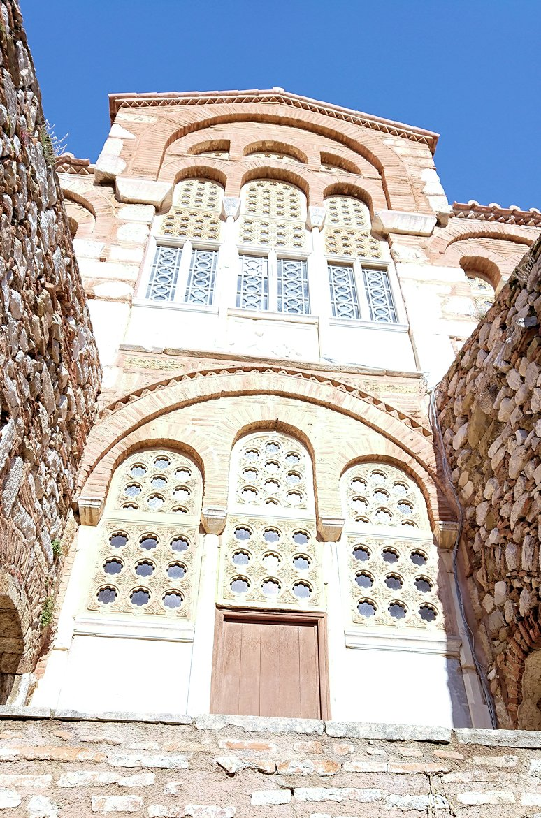 オシオス・ルカス修道院の地下祭壇に向かいます