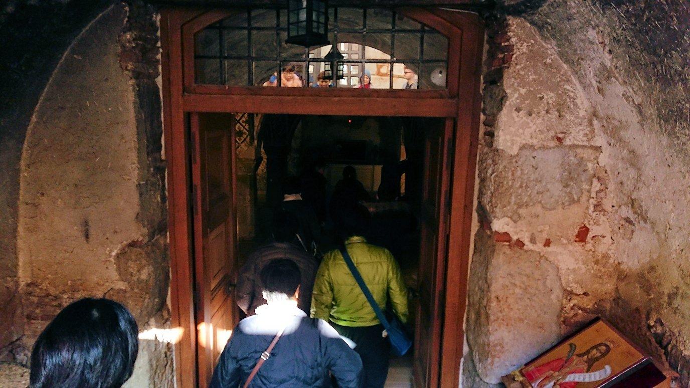 オシオス・ルカス修道院の地下祭壇に向かいます2