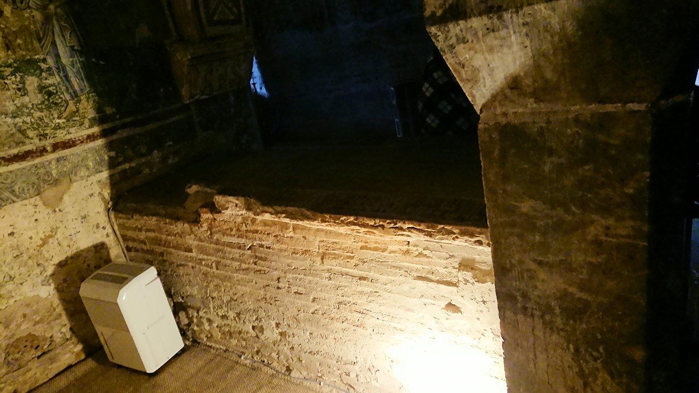 オシオス・ルカス修道院の地下祭壇に向かいます6