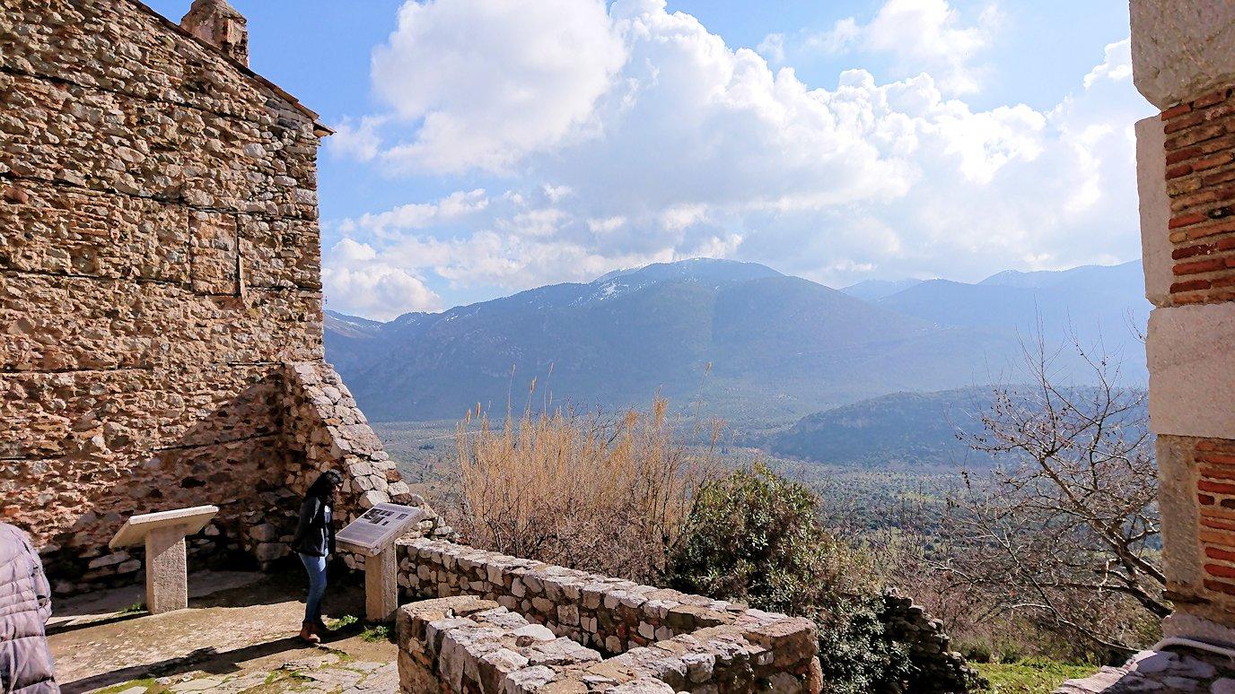 オシオス・ルカス修道院の見晴らしのいい場所で見た景色