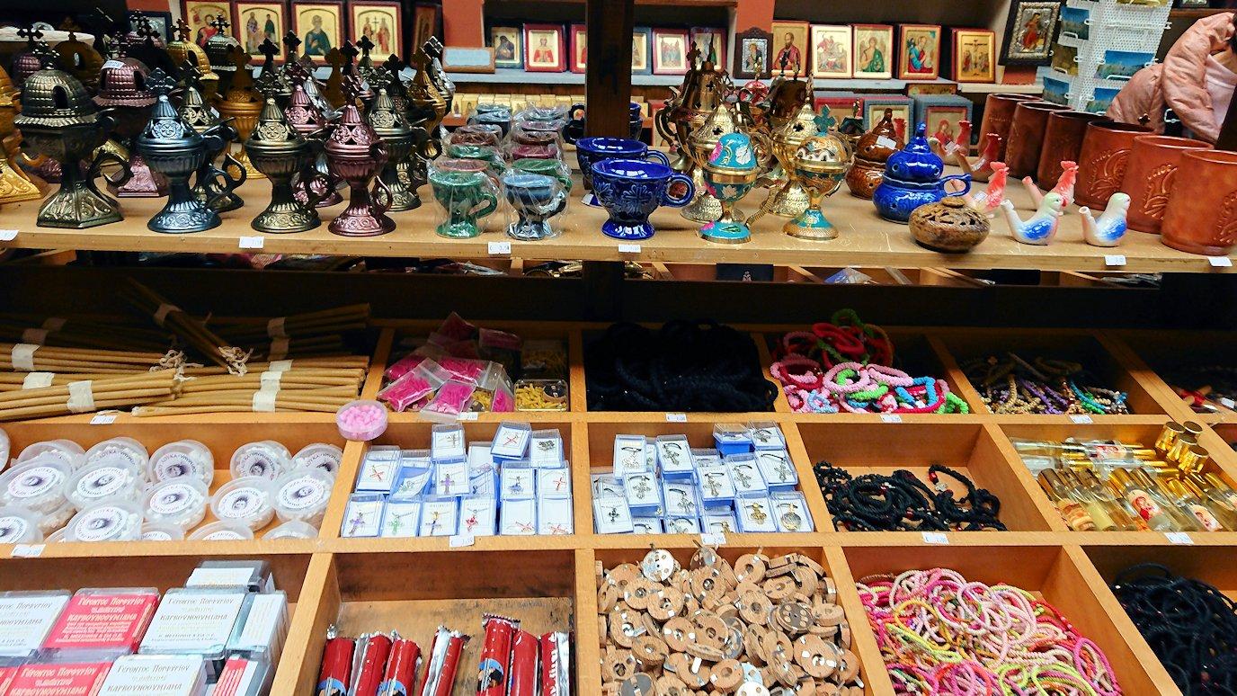 オシオス・ルカス修道院の前のお土産物屋さんで買い物を