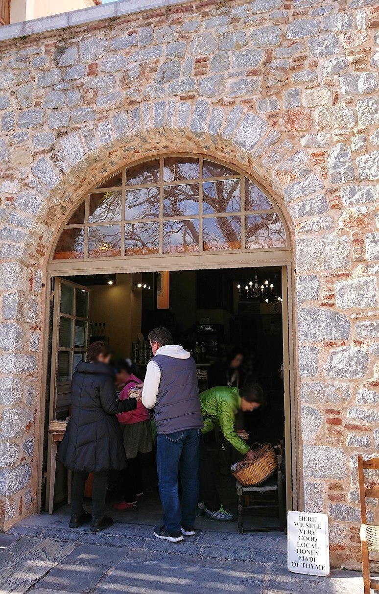 オシオス・ルカス修道院の前のお土産物屋さんで買い物を2