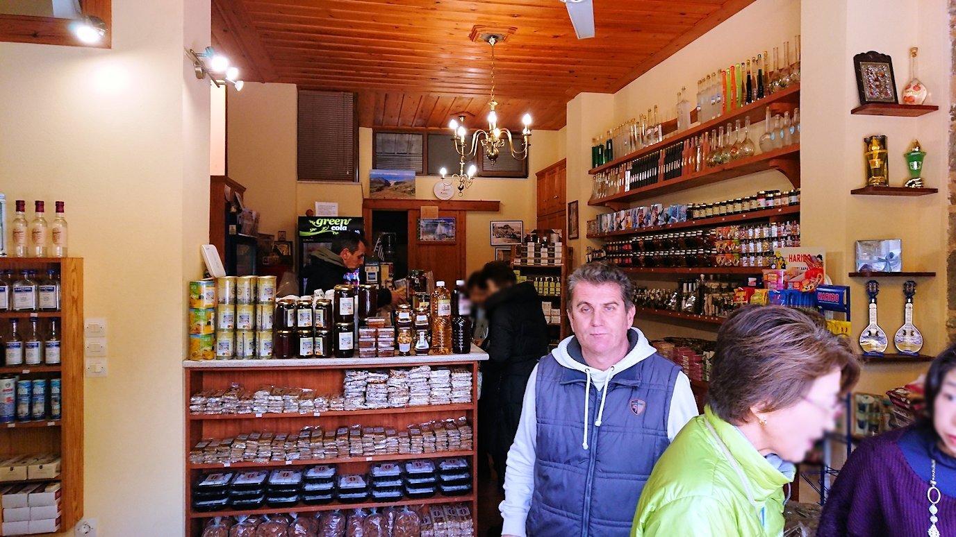 オシオス・ルカス修道院の前のお土産物屋さんで買い物を3