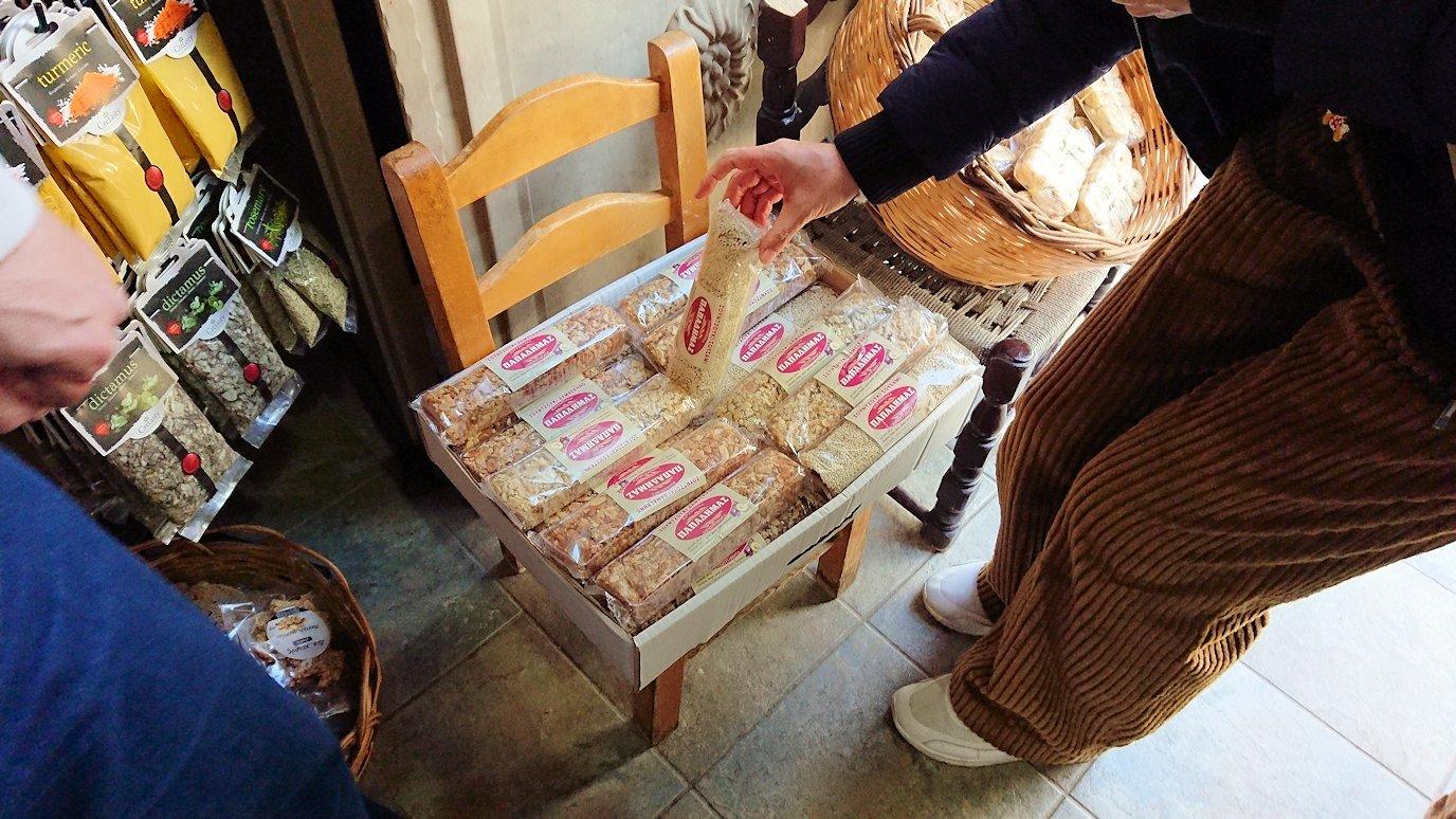 オシオス・ルカス修道院の前のお土産物屋さんで買い物を6