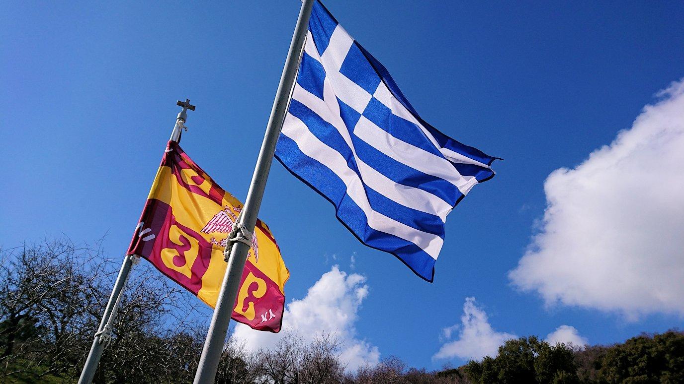 オシオス・ルカス修道院前の国旗