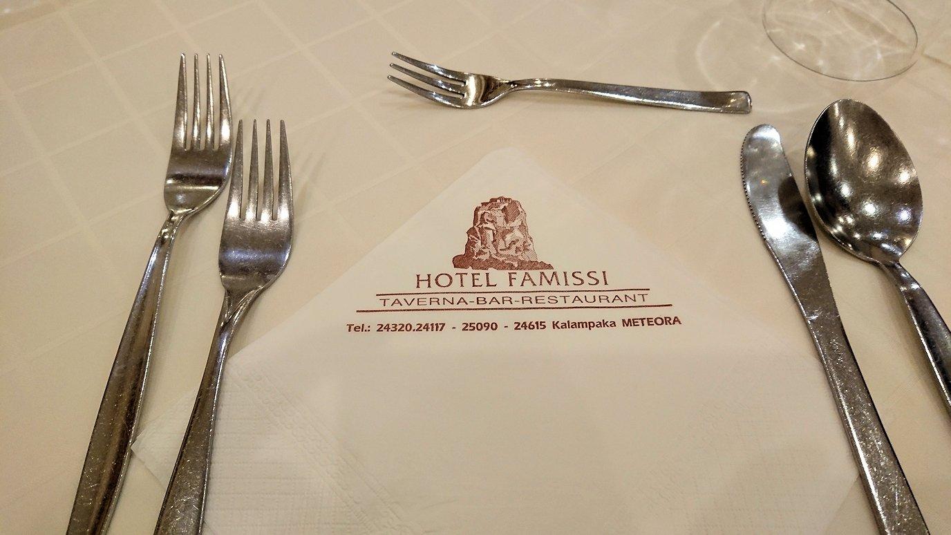 メテオラ地方のホテルのレストランで食事する
