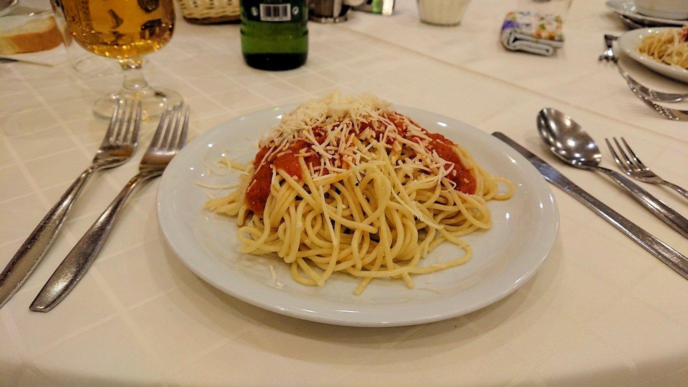 メテオラ地方のホテルのレストランで食事する2
