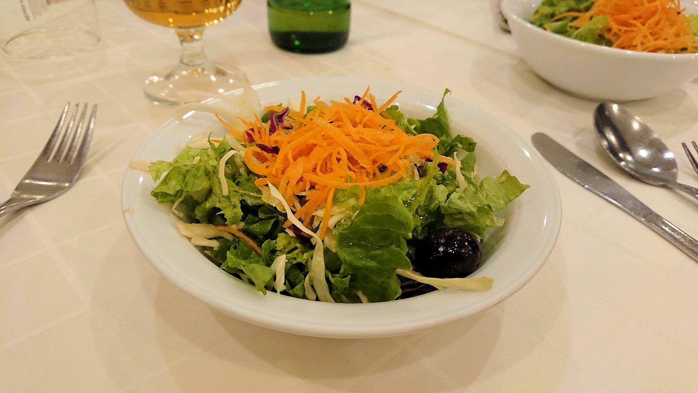 メテオラ地方のホテルのレストランで食事する4