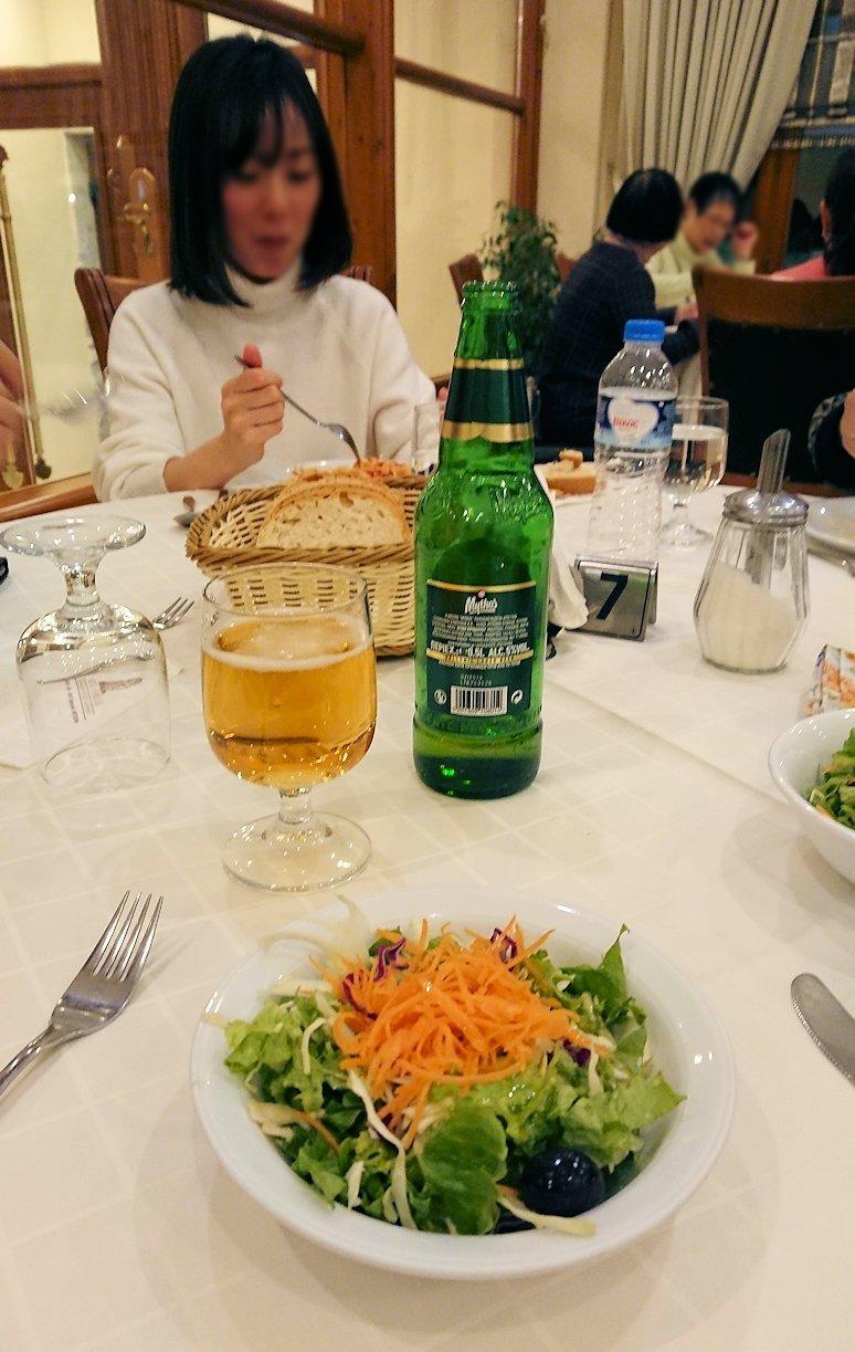 メテオラ地方のホテルのレストランで食事する5