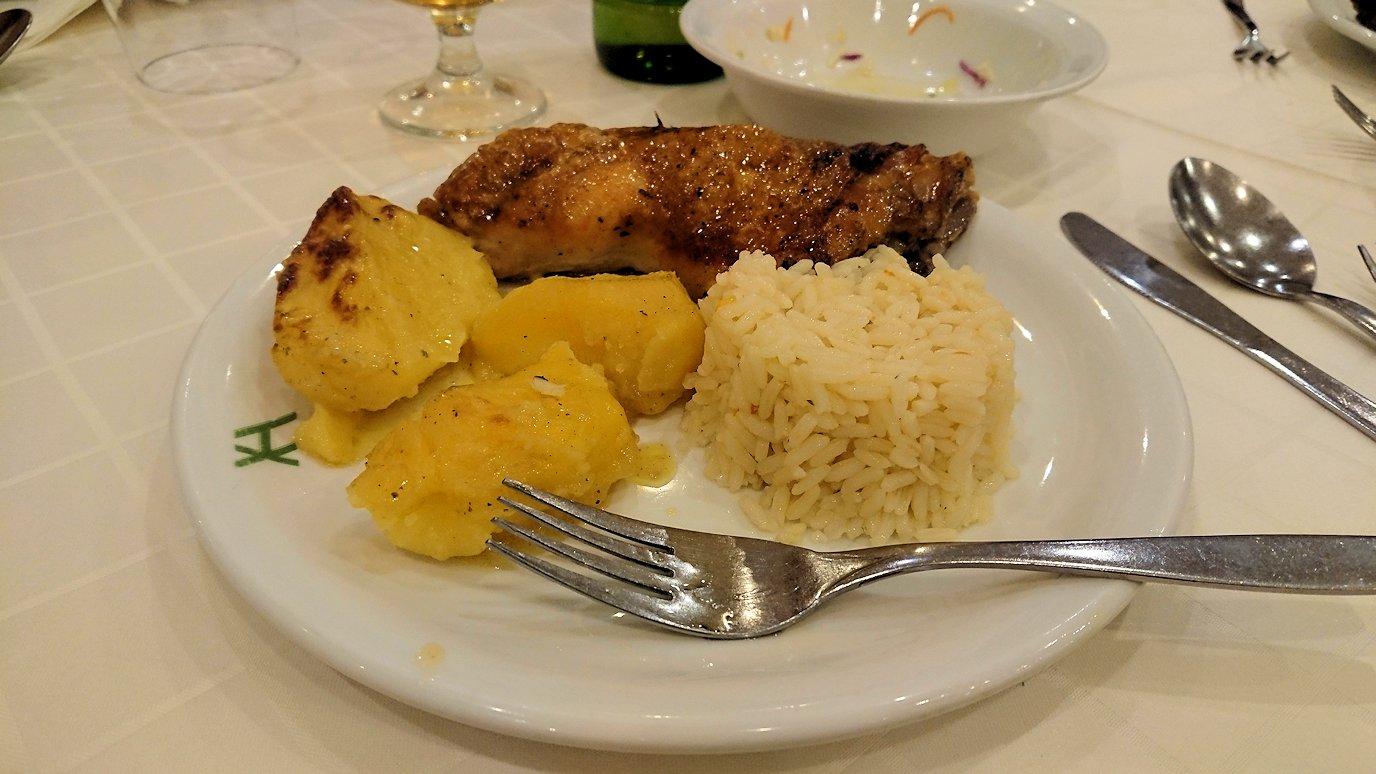 メテオラ地方のホテルのレストランで食事する7