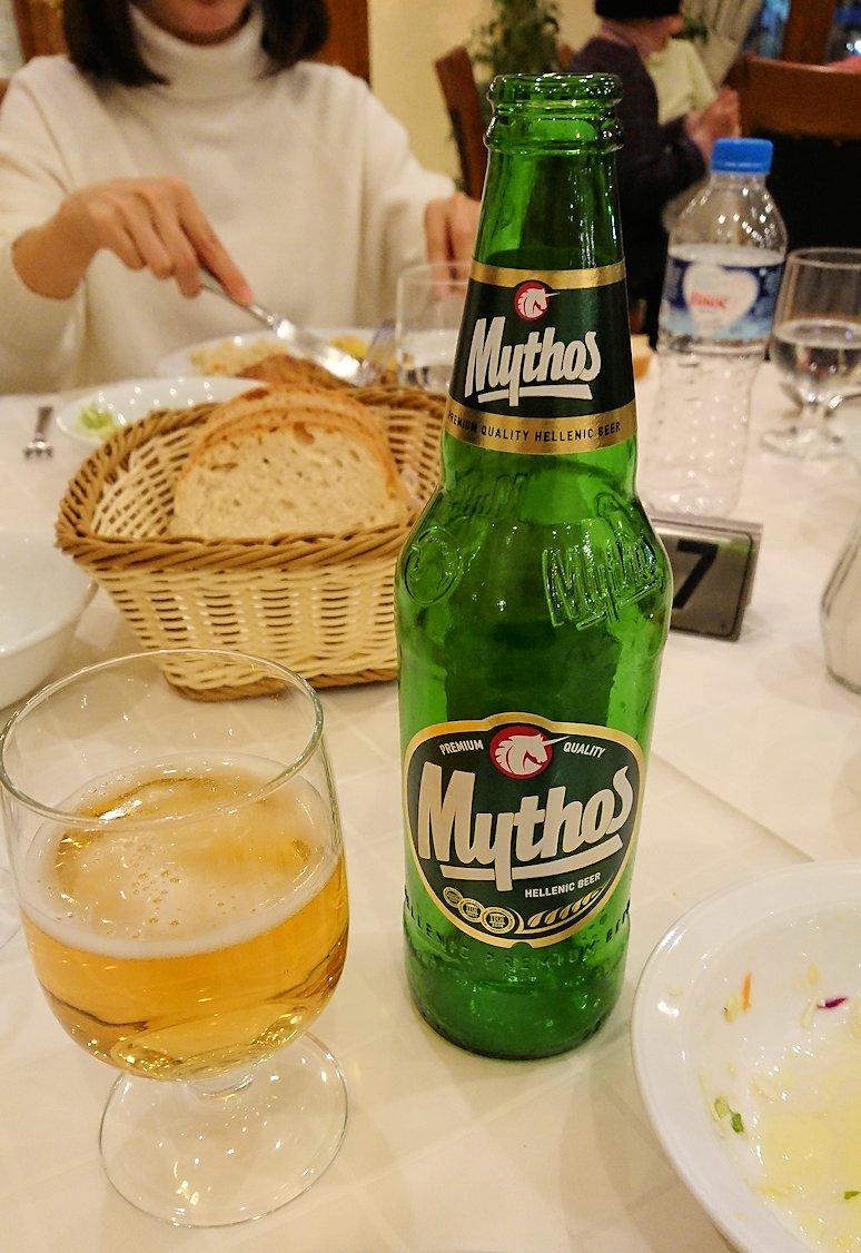 メテオラ地方のホテルのレストランで食事する8