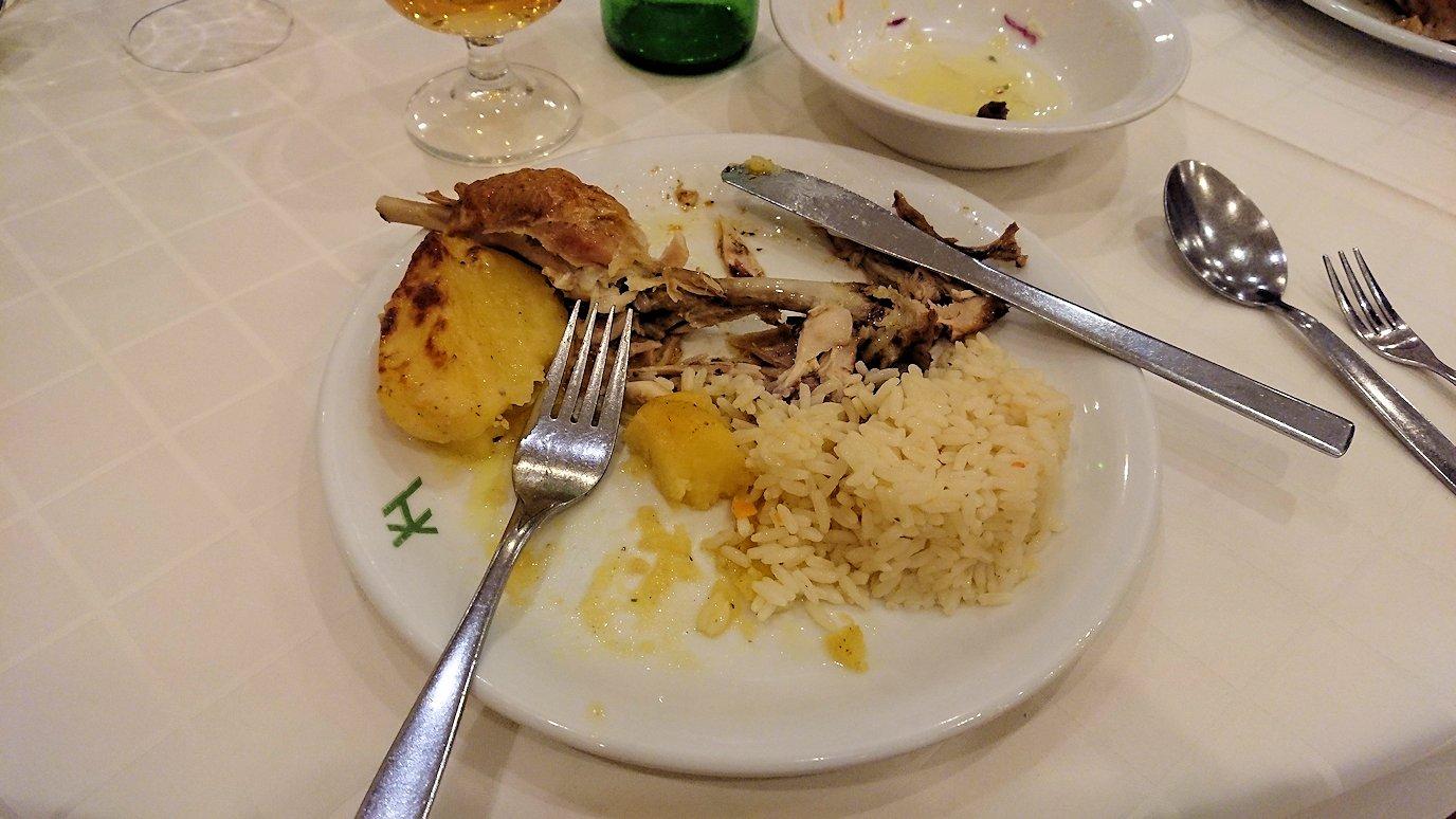 メテオラ地方のホテルのレストランで食事する9