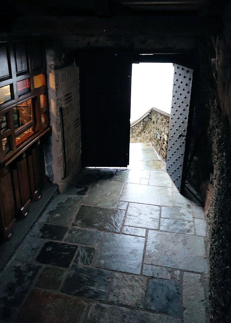 メテオラ地方のアギオス・ニコラオス修道院の出口に向かう2