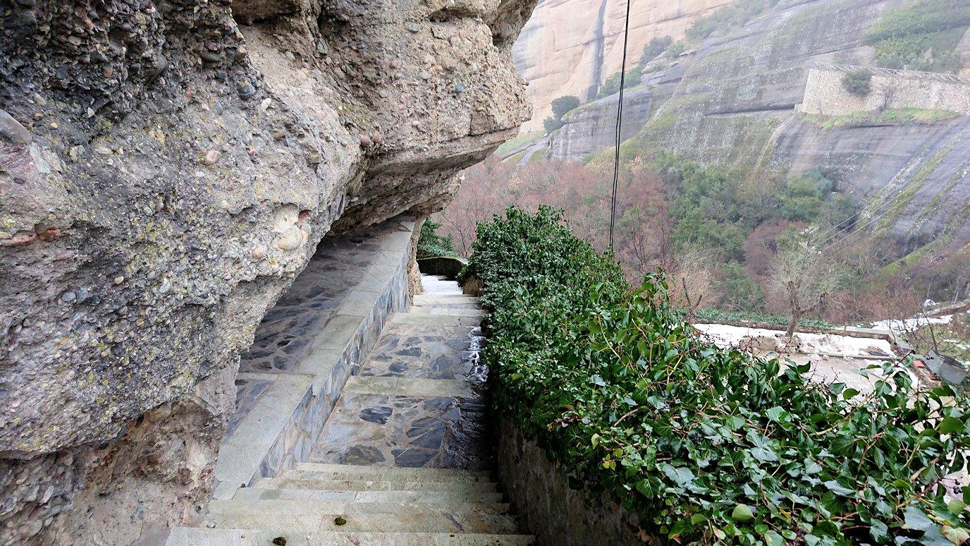 メテオラ地方のアギオス・ニコラオス修道院から出口に向かう景色