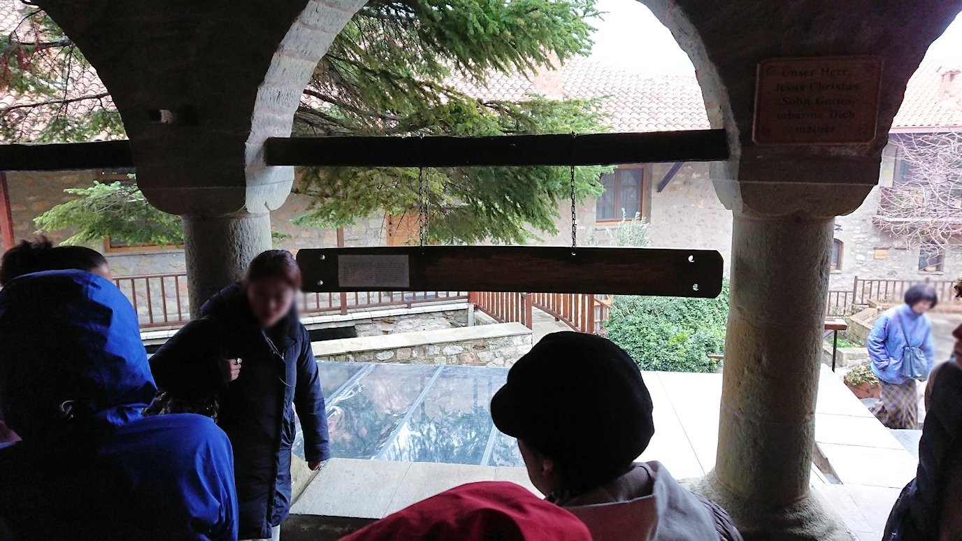 メテオラ地方でアギオス・ステファノス修道院の見学の様子3