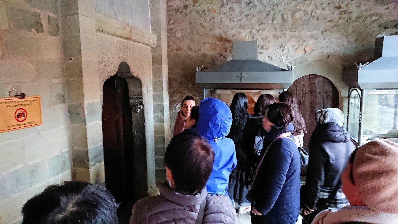 メテオラ地方でアギオス・ステファノス修道院の見学の様子4