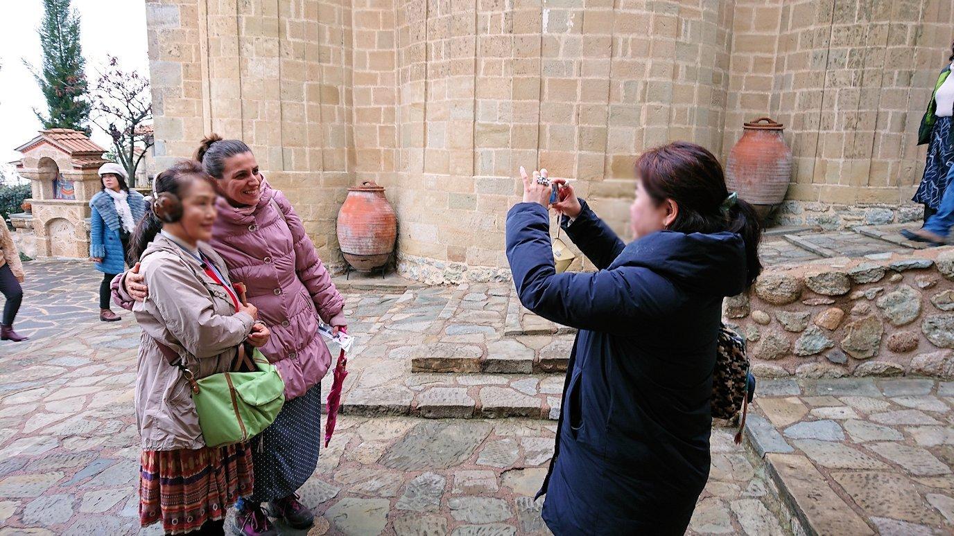 メテオラ地方でアギオス・ステファノス修道院で現地ガイドさんと記念撮影3