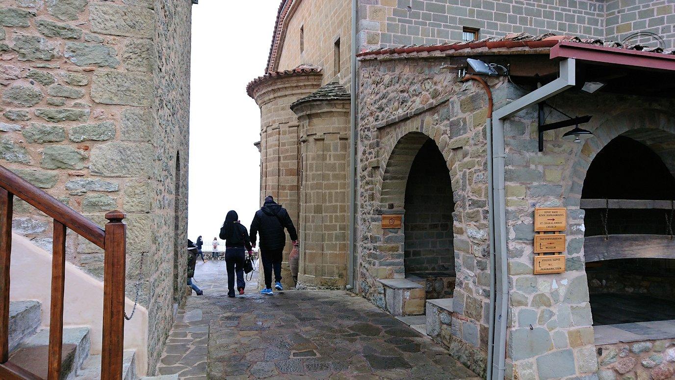 メテオラ地方でアギオス・ステファノス修道院を後にする