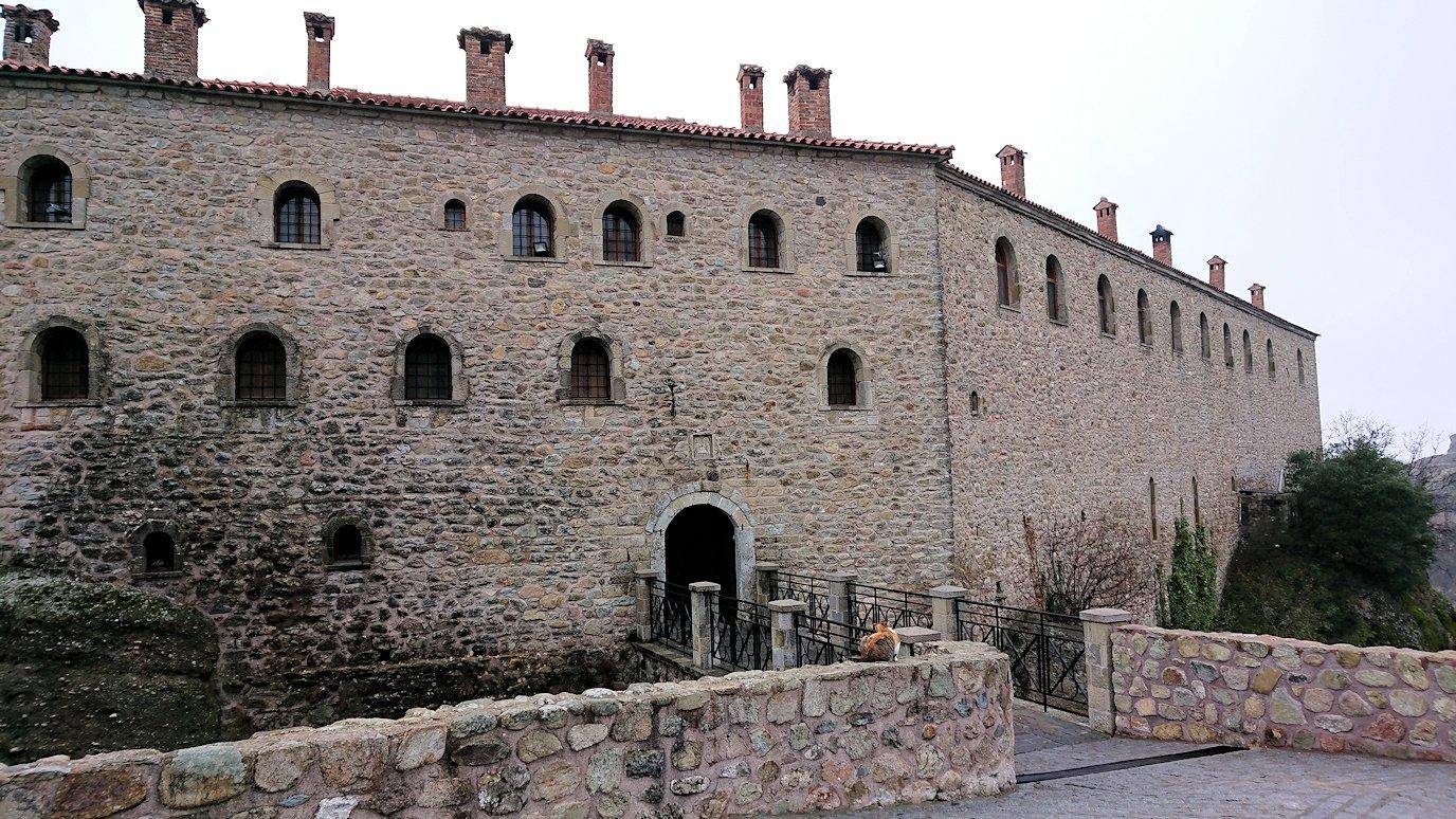 メテオラ地方でアギオス・ステファノス修道院を見守る猫4