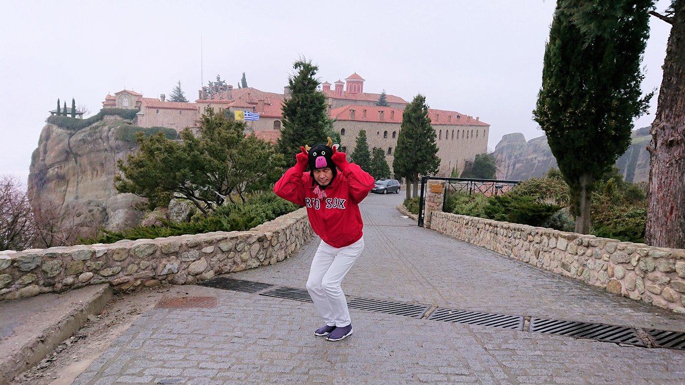 メテオラ地方でアギオス・ステファノス修道院の外で記念撮影2