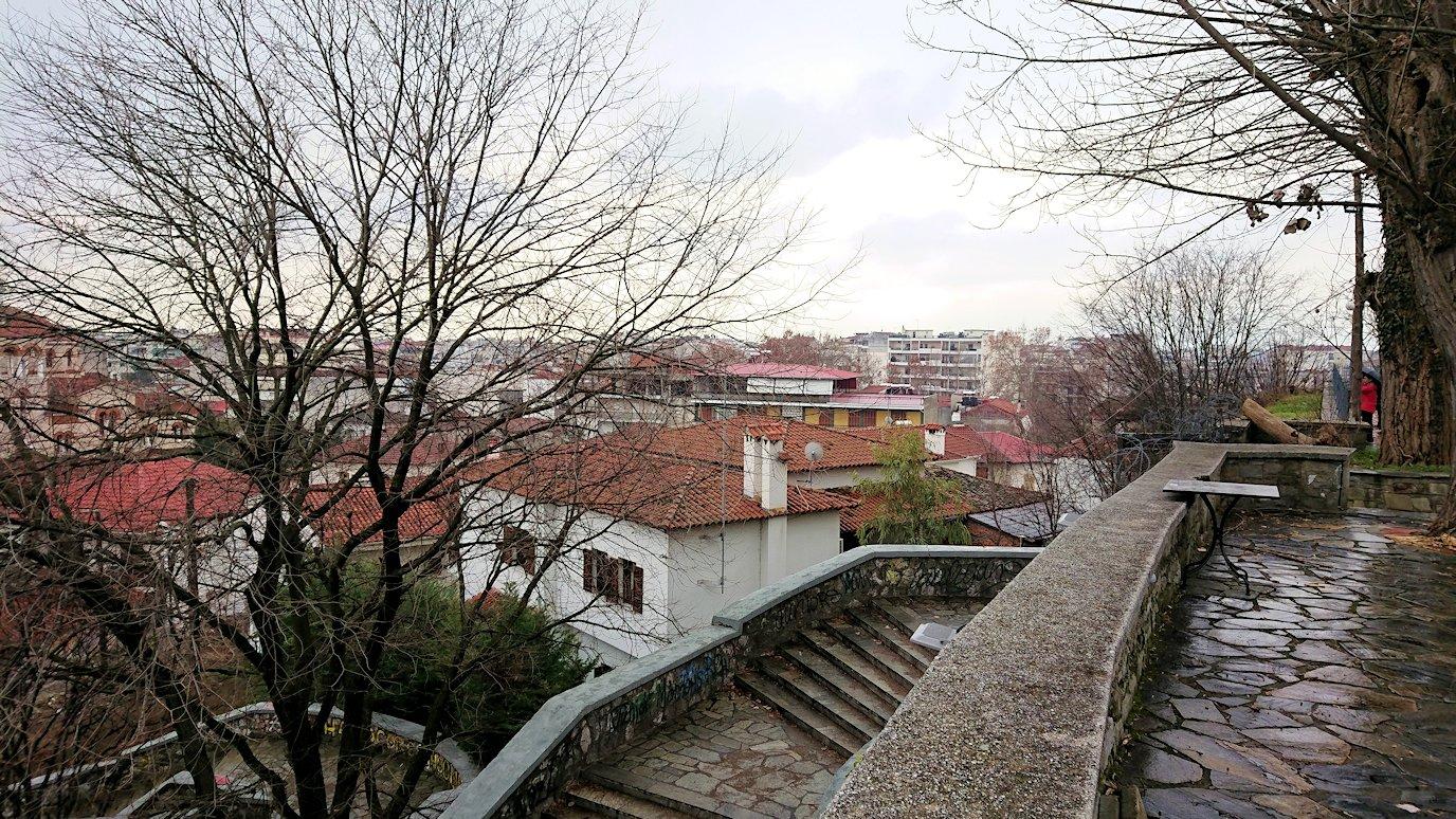 ギリシャのトリカラ地方の時計台のある広場から見た景色