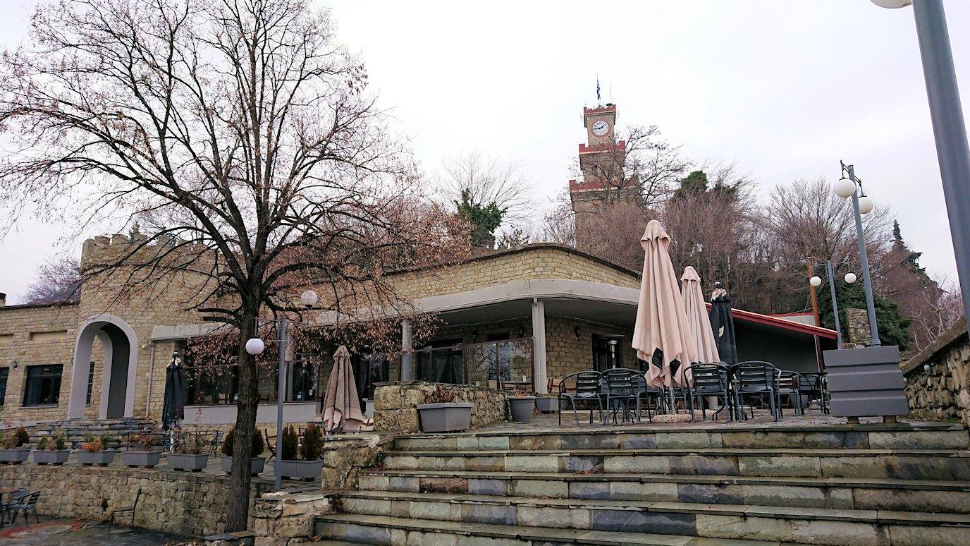 ギリシャのトリカラ地方の時計台のある広場から見た景色2