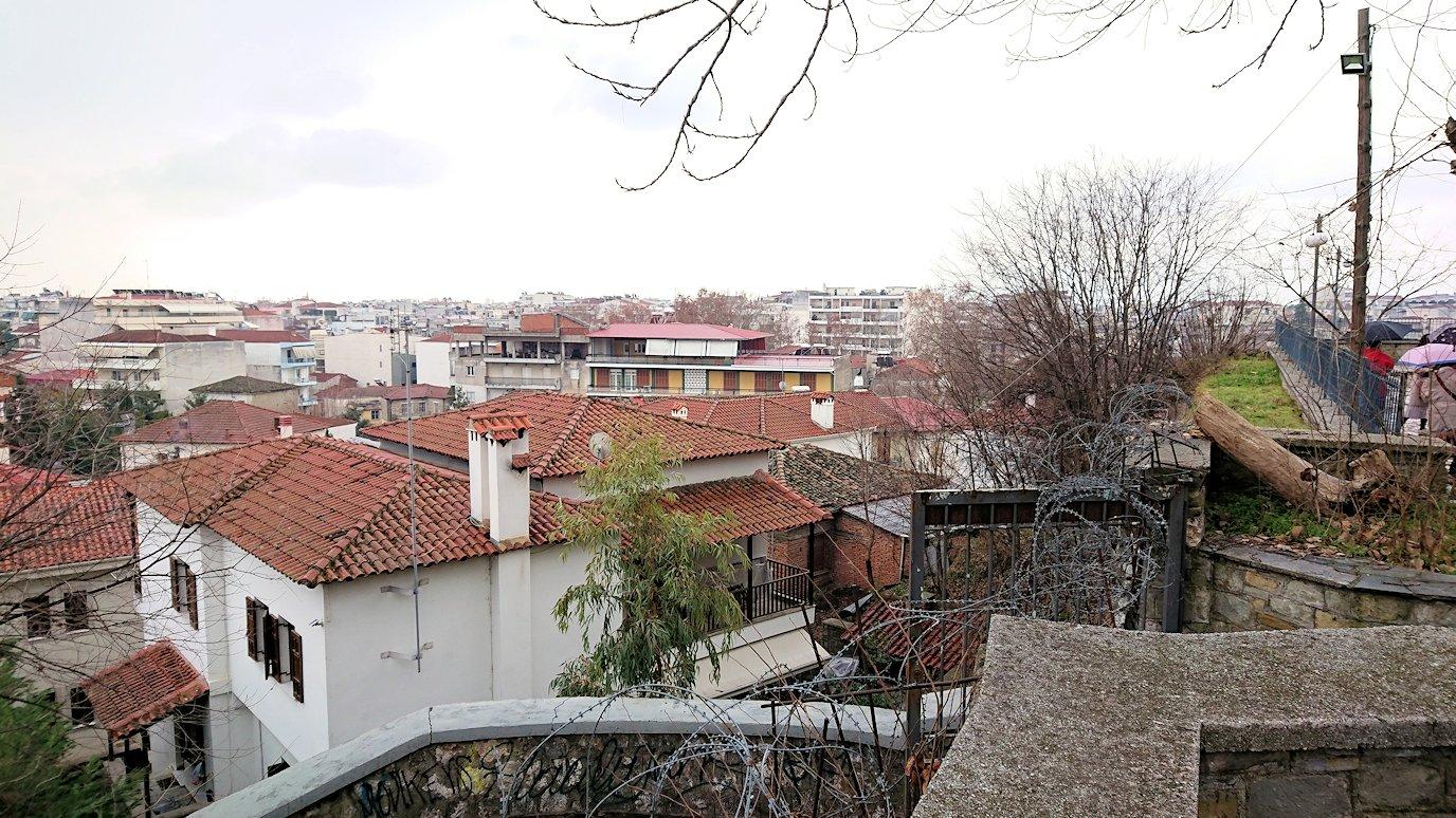 ギリシャのトリカラ地方の時計台のある広場から見た景色3