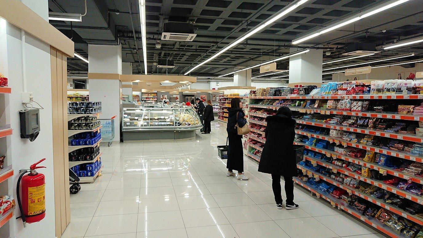 アテネのオスカーホテルの前のスーパーマーケットに入る4