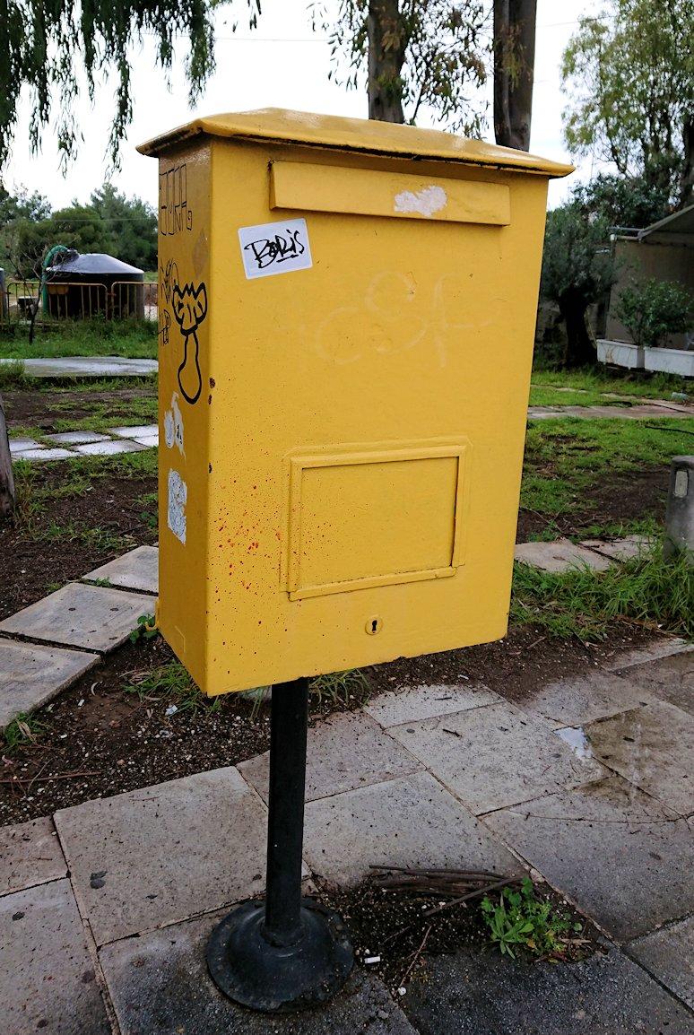 コリントス運河近くの郵便ポスト