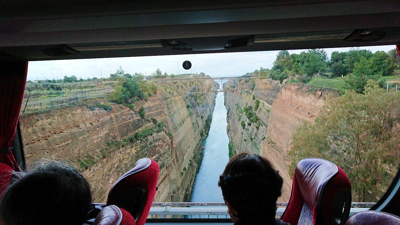 コリントス運河をバスから眺める