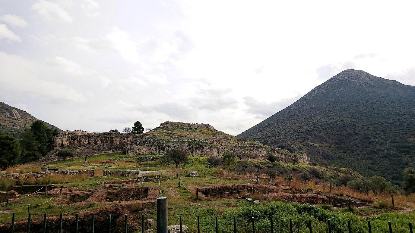 ミケーネ遺跡のアトレウスの宝庫から出る4