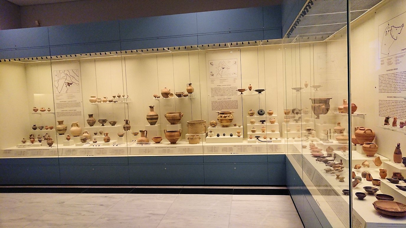 ミケーネ古代遺跡の博物館の土器などを見る