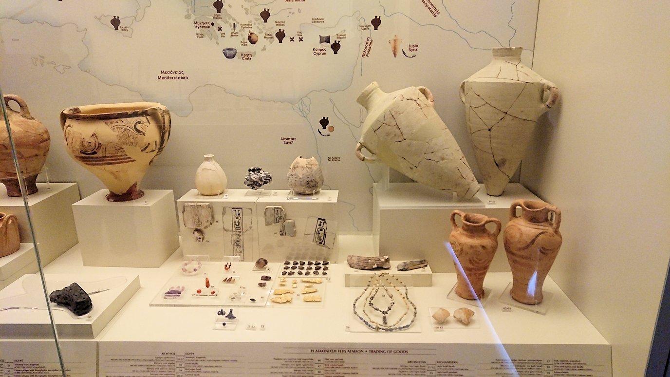 ミケーネ古代遺跡の博物館の土器などを展示物を見学