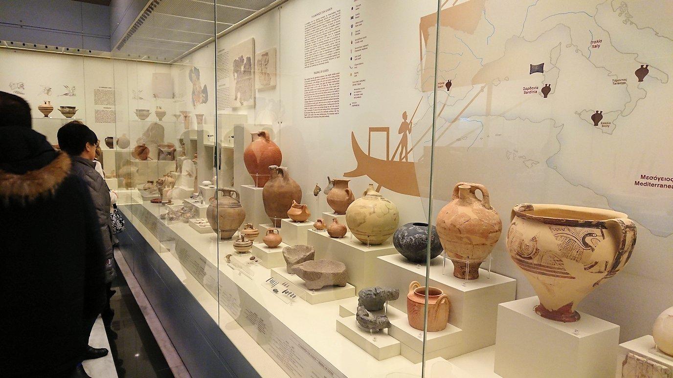 ミケーネ古代遺跡の博物館の土器などを展示物を見学1