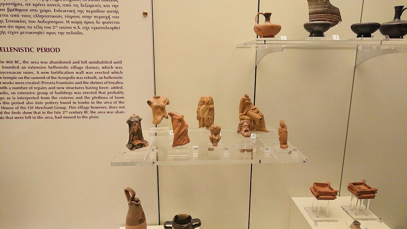 ミケーネ古代遺跡の博物館の土器などを展示物を見る様子