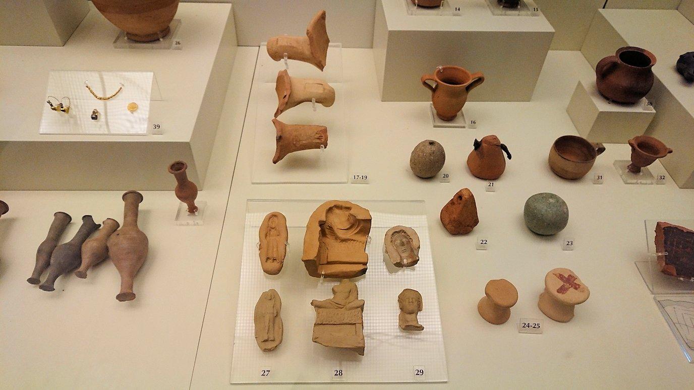ミケーネ古代遺跡の博物館の土器などを展示物を見る様子2