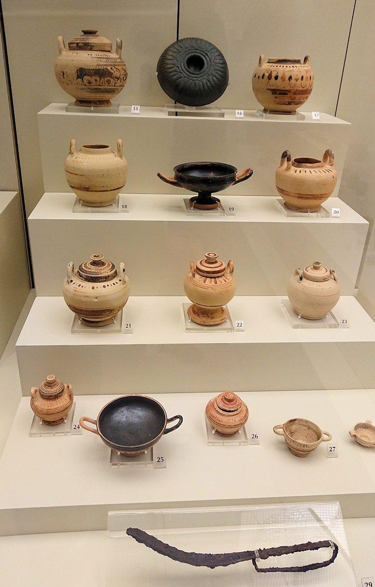 ミケーネ古代遺跡の博物館の土器などを展示物を見る様子3