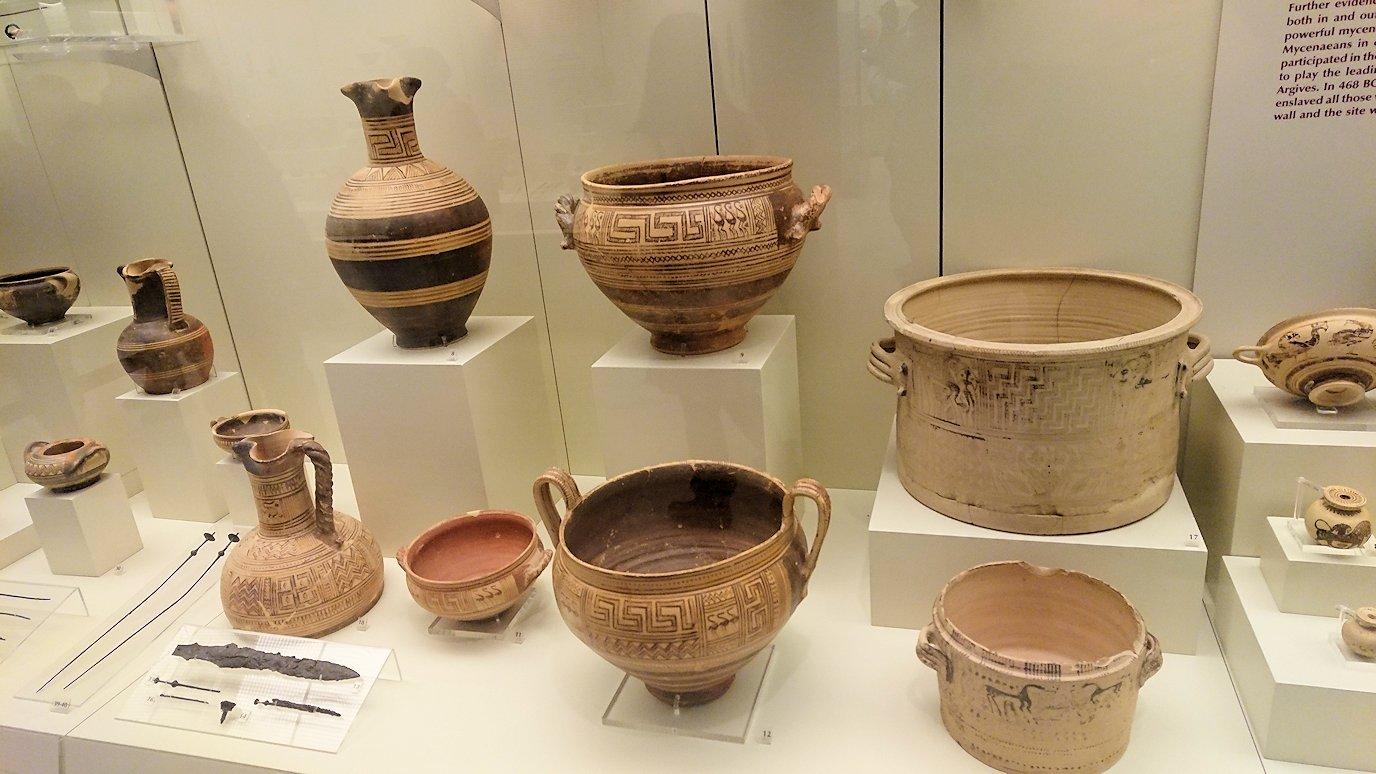 ミケーネ古代遺跡の博物館の土器などを展示物を見る様子4