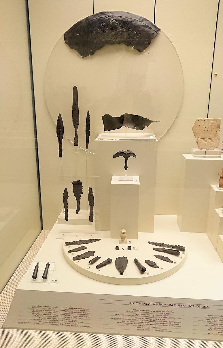 ミケーネ古代遺跡の博物館の土器などを展示物を見る様子6