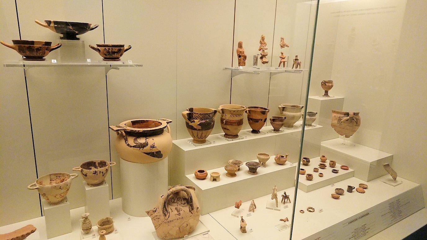 ミケーネ古代遺跡の博物館の土器などを展示物を見る様子7