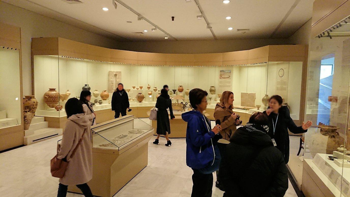 ミケーネ古代遺跡の博物館の土器などを展示物を見る様子9