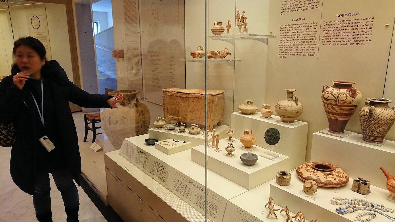 ミケーネ古代遺跡の博物館の土器などを展示物を見る様子10