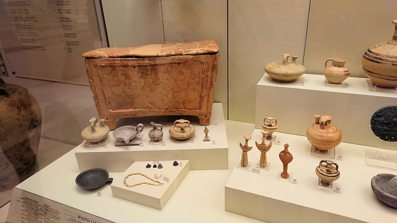 ミケーネ古代遺跡の博物館の展示物を見て回る2