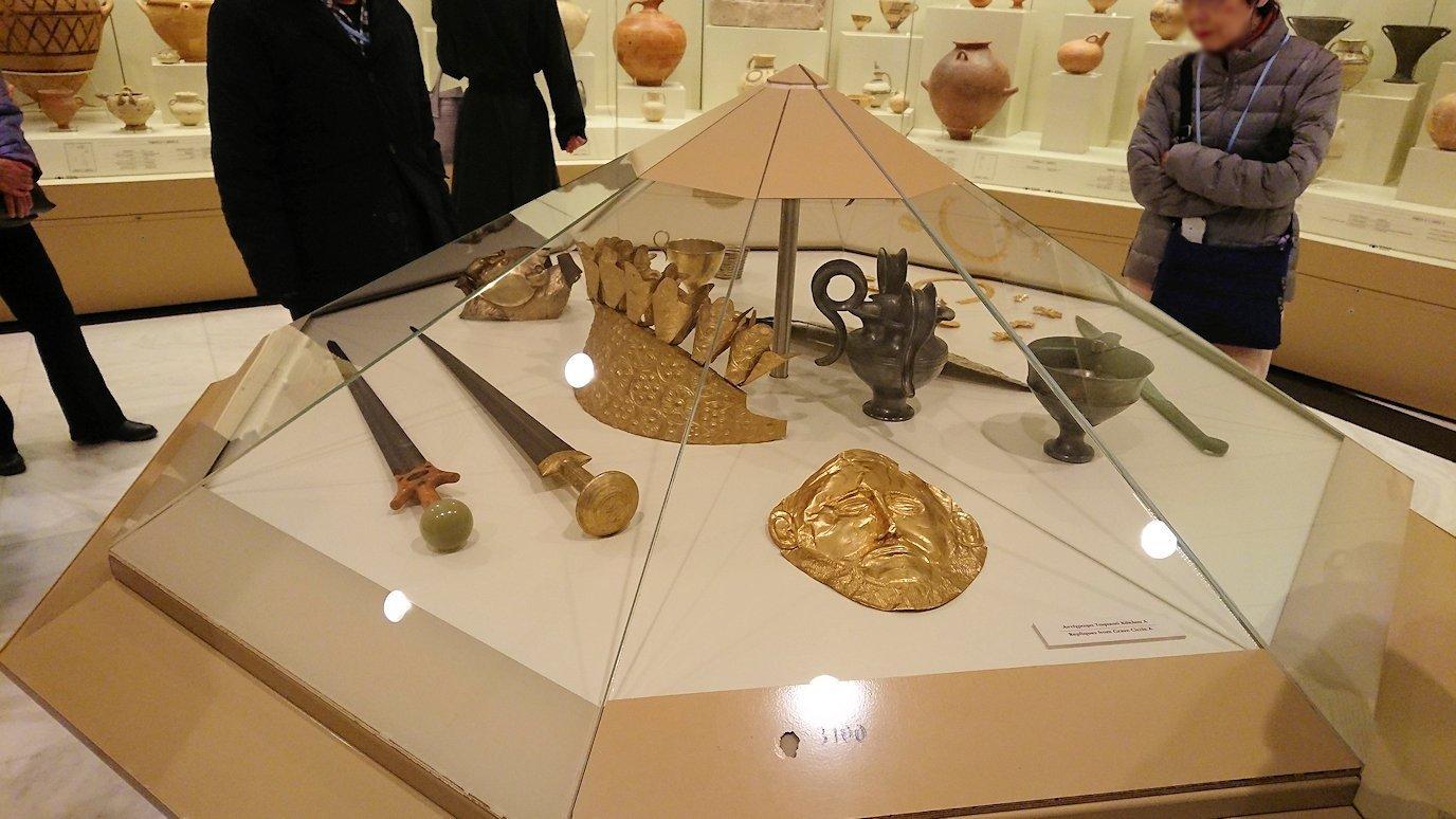 ミケーネ古代遺跡の博物館の展示物を見て回る3
