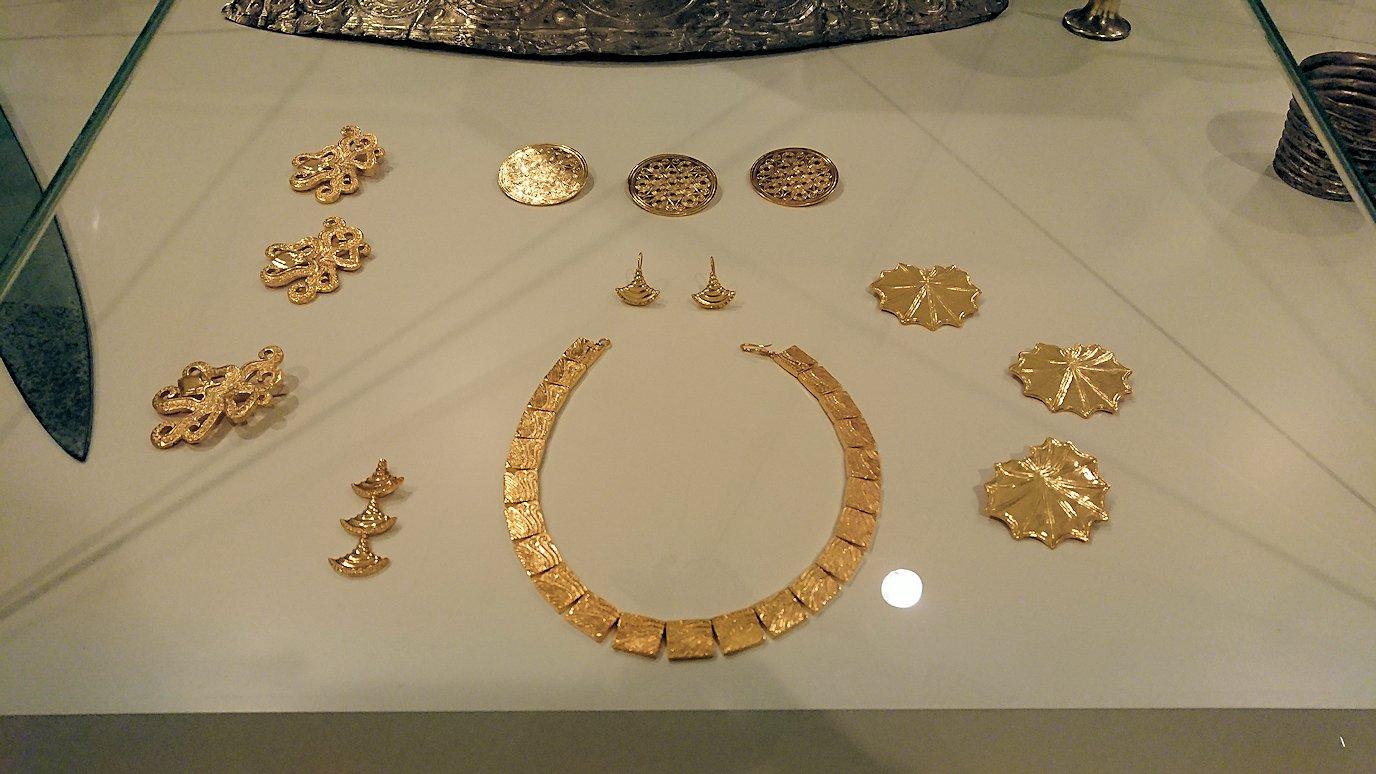 ミケーネ古代遺跡の博物館の展示物を見て回る9