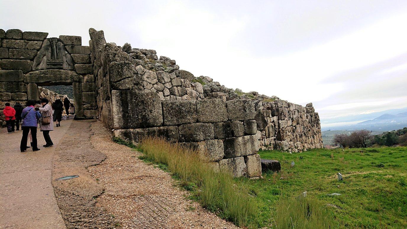 ミケーネ古代遺跡の博物館を出て遺跡に向かう2
