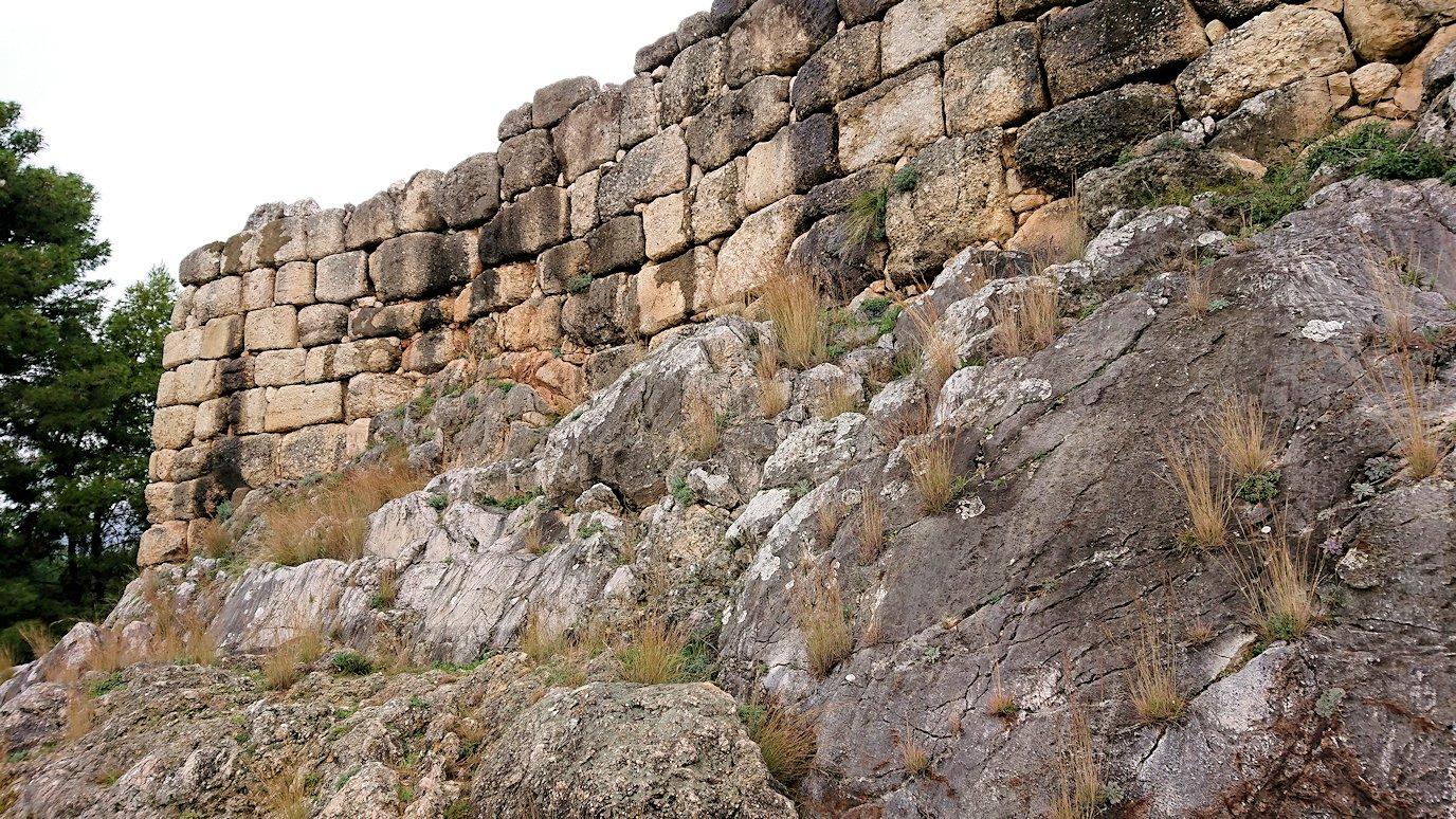 ミケーネ古代遺跡の博物館を出て遺跡に向かう4