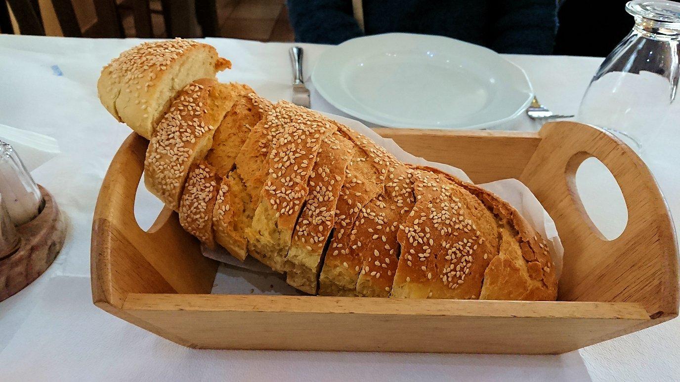 ギリシャのディアコフトのレストランの付きだしのパン